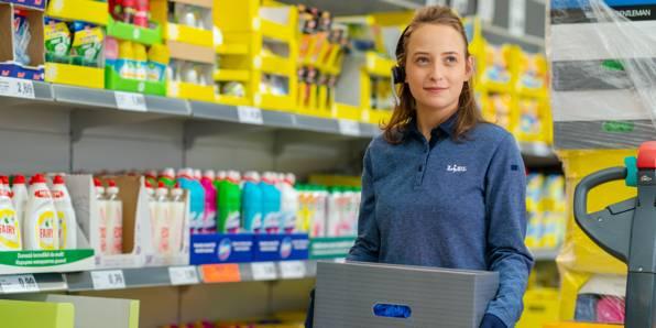 Жена служител магазин зарежда стока