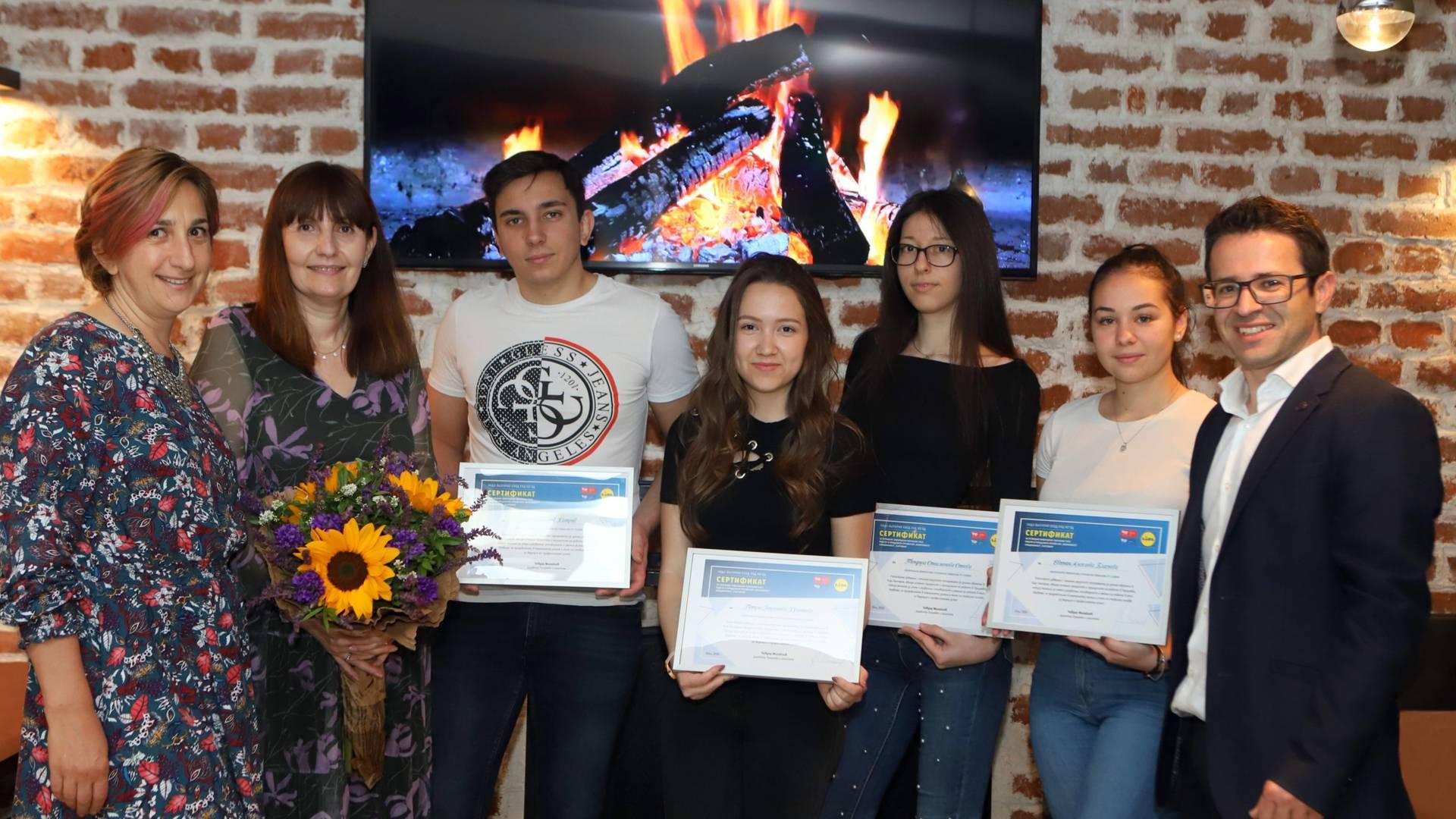 първи випуск дуално обучение получава своите сертификати за успешно завършване от Лидл България през две хиляди и двадесета година