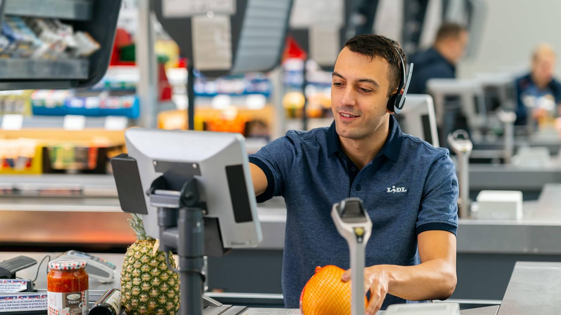 Касиер продавач маркира плодове на каса
