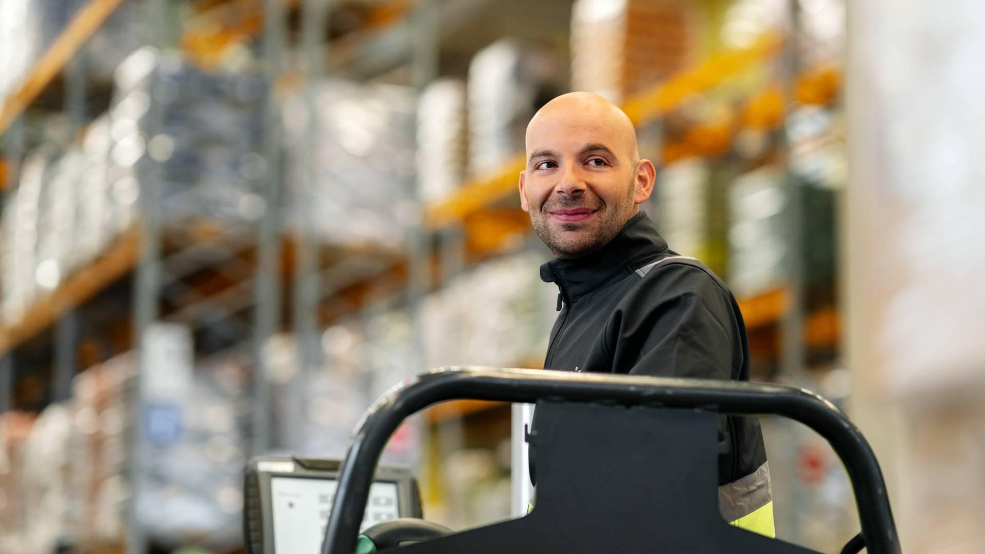 Комисионер управлява мотокар в централен склад