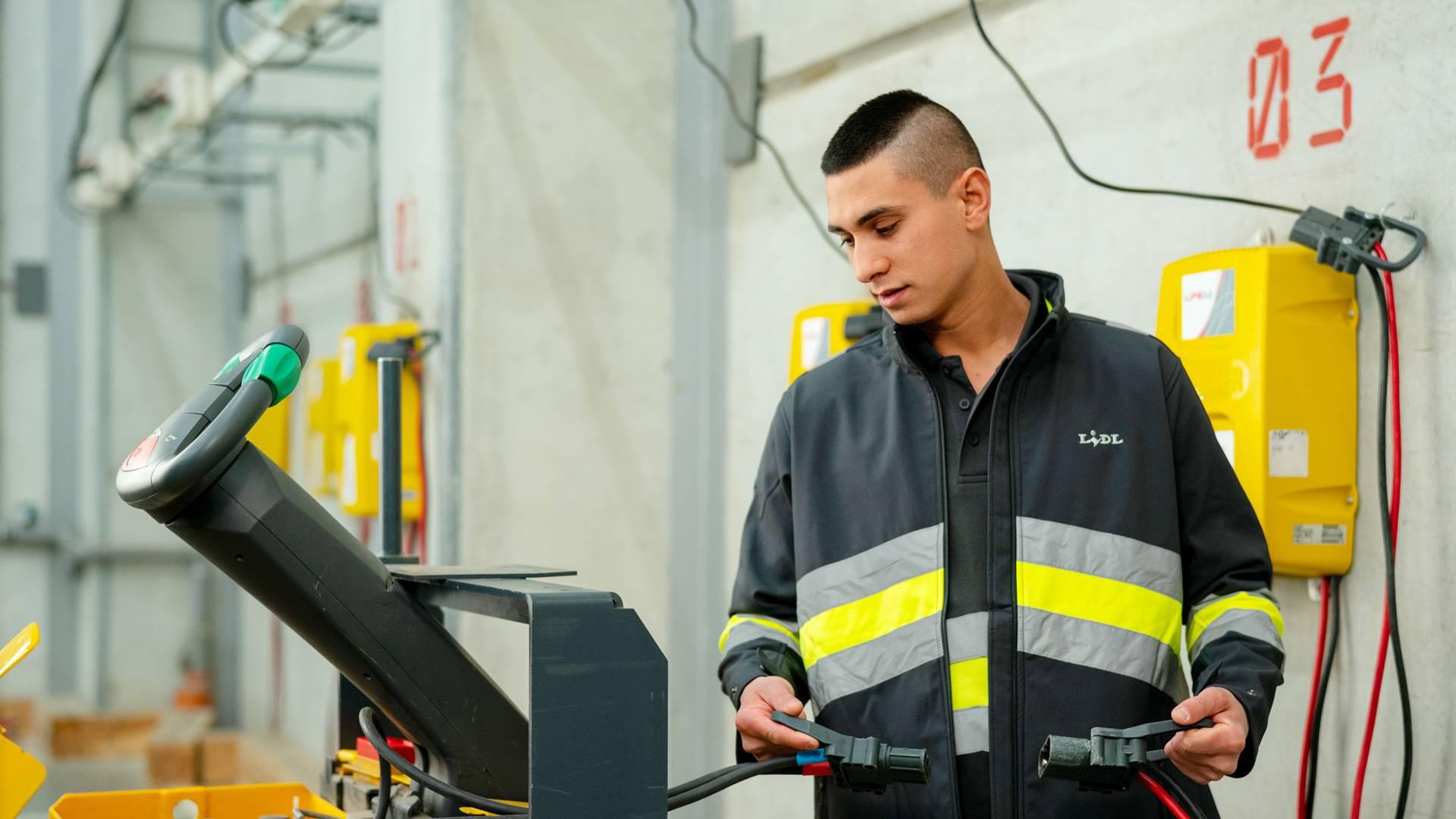 Служител в централане склад зарежда мотокар