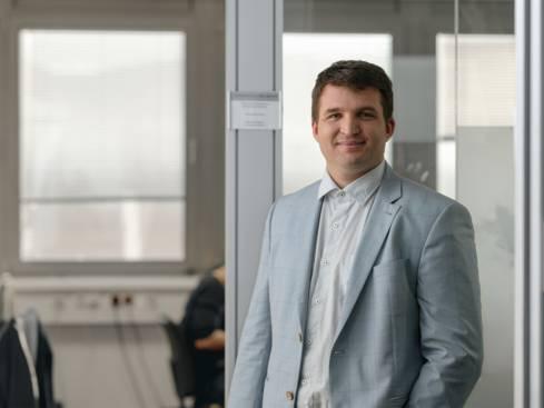 Мъж проектов ръководител експанзия в сако и риза пред кабинет