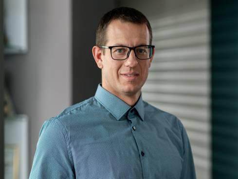 Мъж с очила регионален мениджър продажби в централен офис