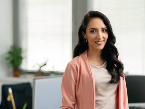 Жена служител подбор на персонал човешки ресурси в централен офис