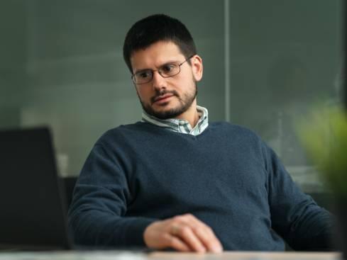 Мъж служител отговорник защита на лични данни в централен офис