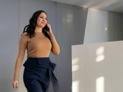Жена регионален мениджър продажби разговаря по мобилен телефон
