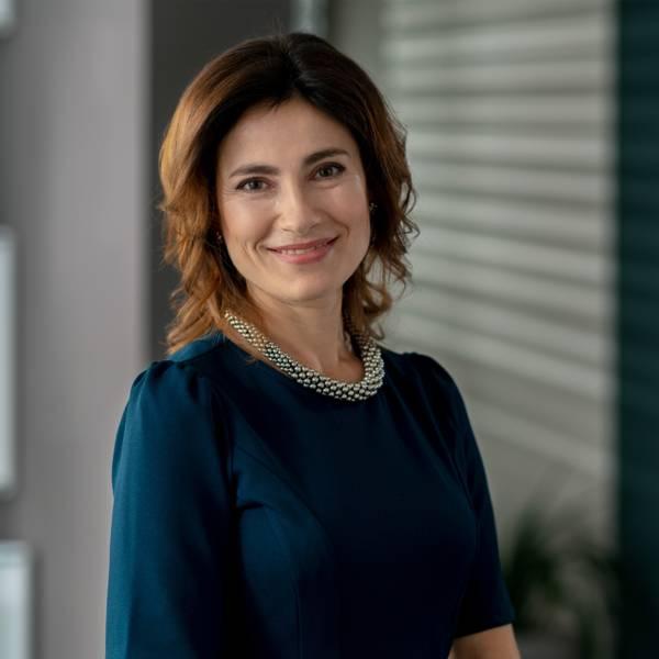 Жена регионален мениджър продажби в синя рокля в централен офис