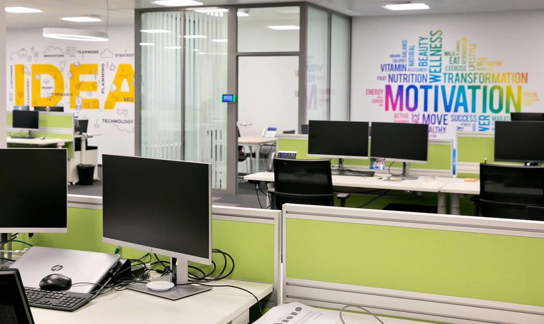 Офис Лидл Диджитал работни места маси и компютри