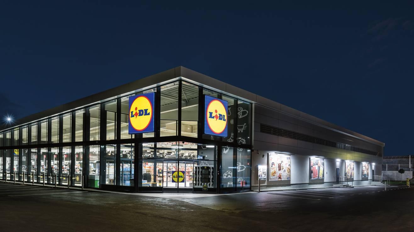 Новопостроен магазин Лидл през нощта преди отваряне