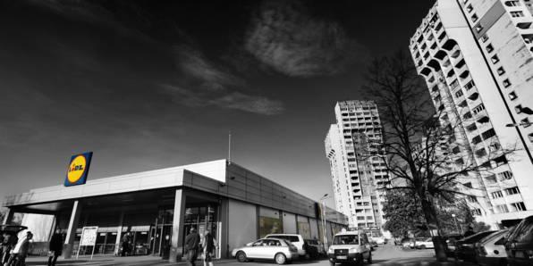 Чернобяла снимка на магазин лидл в жилищен квартал